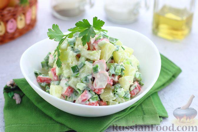 Фото к рецепту: Салат с крабовыми палочками, ананасами и зелёным луком