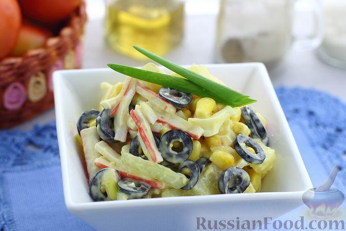 Фото к рецепту: Салат с крабовыми палочками, ананасами, маслинами и кукурузой