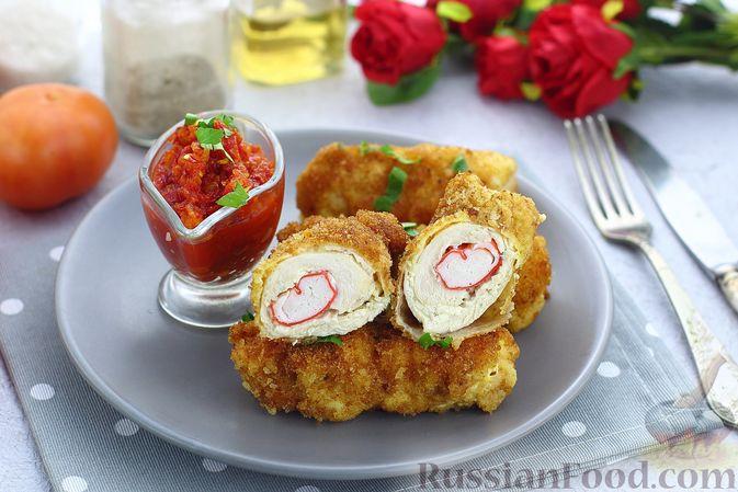Фото к рецепту: Куриные рулетики с крабовыми палочками и плавленым сыром