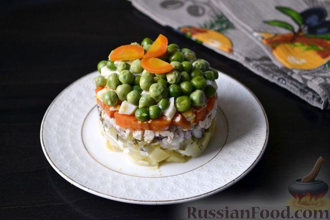 """Фото к рецепту: Слоёный салат """"Оливье"""" с курицей"""