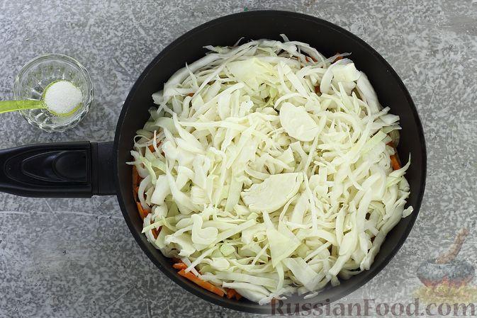 Фото приготовления рецепта: Щи из свежей капусты с обжаренными фрикадельками - шаг №4