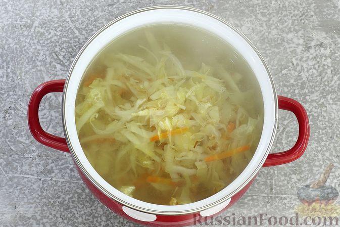 Фото приготовления рецепта: Щи из свежей капусты с обжаренными фрикадельками - шаг №7