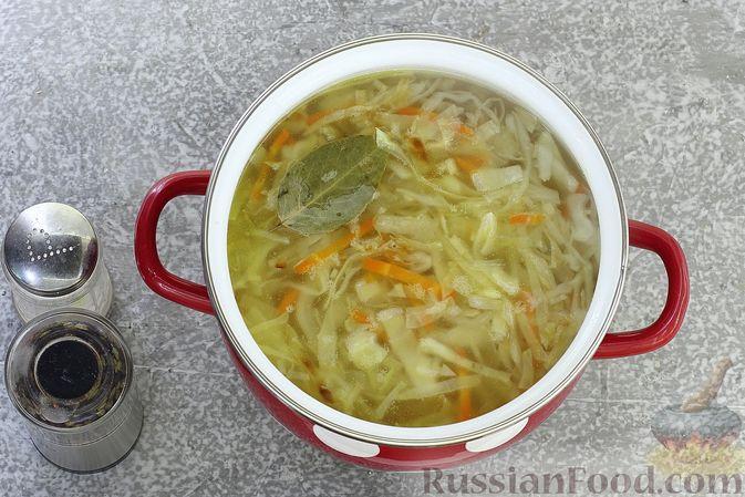 Фото приготовления рецепта: Щи из свежей капусты с обжаренными фрикадельками - шаг №8