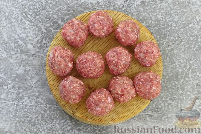 Фото приготовления рецепта: Щи из свежей капусты с обжаренными фрикадельками - шаг №10