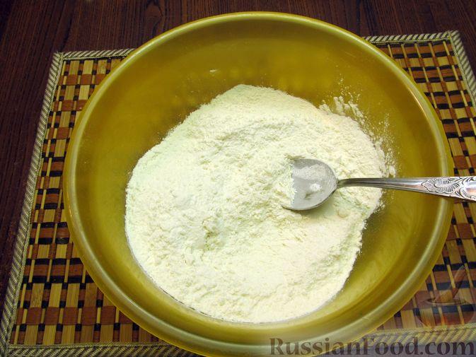 Фото приготовления рецепта: Закрытый пирог из песочного теста с капустной начинкой - шаг №3