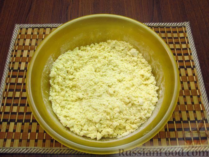 Фото приготовления рецепта: Закрытый пирог из песочного теста с капустной начинкой - шаг №5