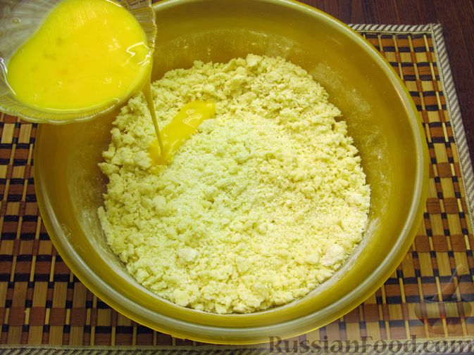 Фото приготовления рецепта: Закрытый пирог из песочного теста с капустной начинкой - шаг №6