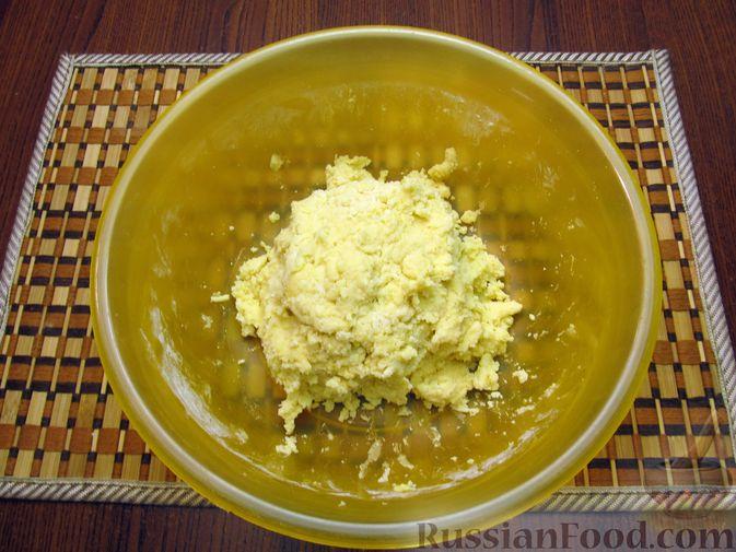 Фото приготовления рецепта: Закрытый пирог из песочного теста с капустной начинкой - шаг №7