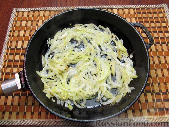 Фото приготовления рецепта: Закрытый пирог из песочного теста с капустной начинкой - шаг №12