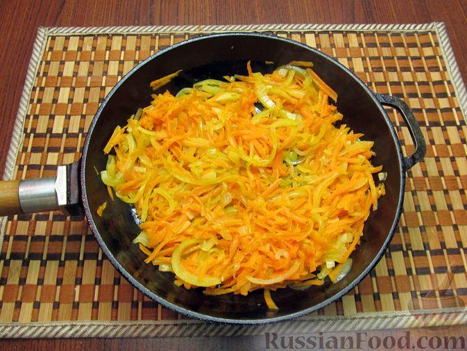 Фото приготовления рецепта: Закрытый пирог из песочного теста с капустной начинкой - шаг №13