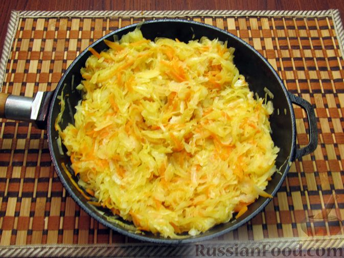 Фото приготовления рецепта: Закрытый пирог из песочного теста с капустной начинкой - шаг №16
