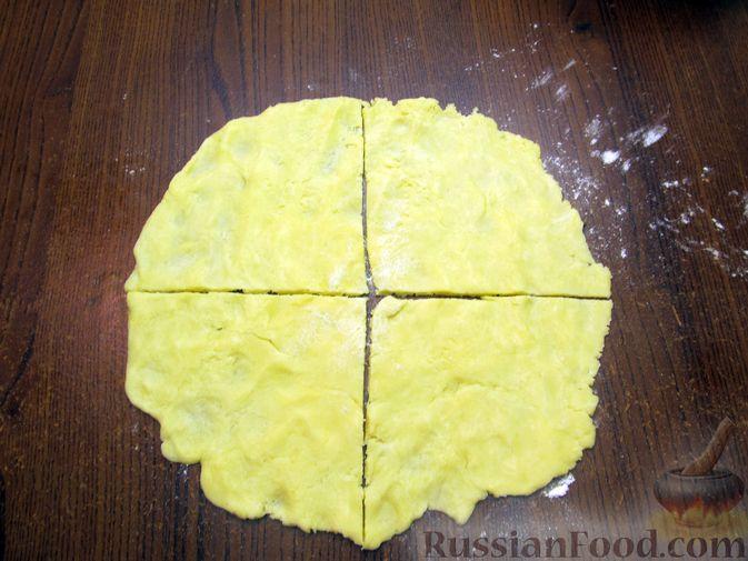 Фото приготовления рецепта: Закрытый пирог из песочного теста с капустной начинкой - шаг №21