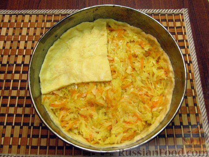 Фото приготовления рецепта: Закрытый пирог из песочного теста с капустной начинкой - шаг №22