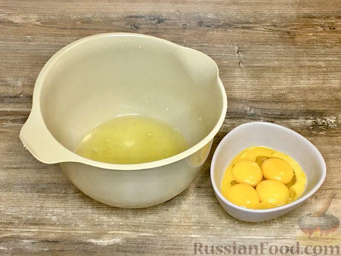 Фото приготовления рецепта: Торт из ангельского бисквита, со взбитыми сливками и ягодами - шаг №2
