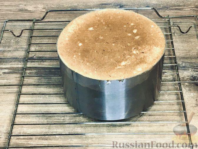 Фото приготовления рецепта: Торт из ангельского бисквита, со взбитыми сливками и ягодами - шаг №9