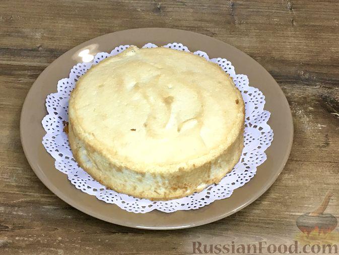 Фото приготовления рецепта: Торт из ангельского бисквита, со взбитыми сливками и ягодами - шаг №10