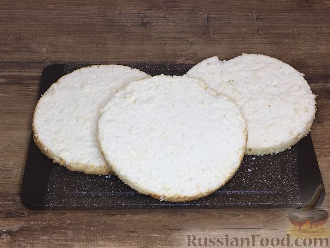 Фото приготовления рецепта: Торт из ангельского бисквита, со взбитыми сливками и ягодами - шаг №11