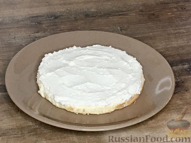 Фото приготовления рецепта: Торт из ангельского бисквита, со взбитыми сливками и ягодами - шаг №13