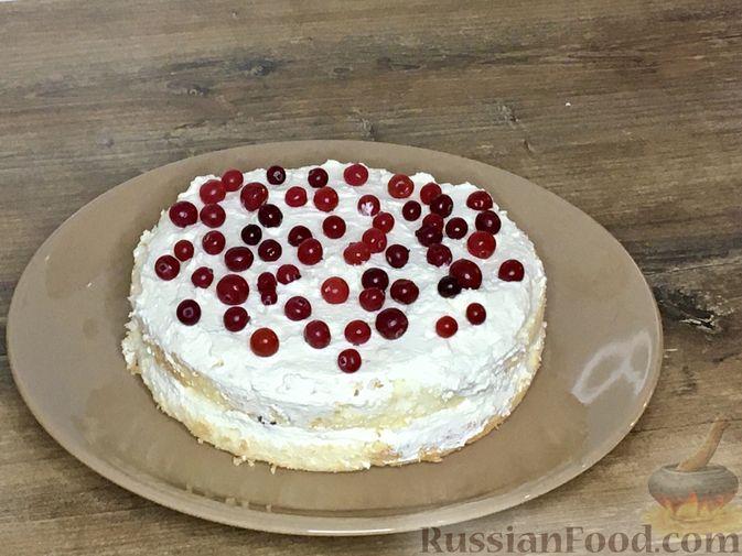 Фото приготовления рецепта: Торт из ангельского бисквита, со взбитыми сливками и ягодами - шаг №14