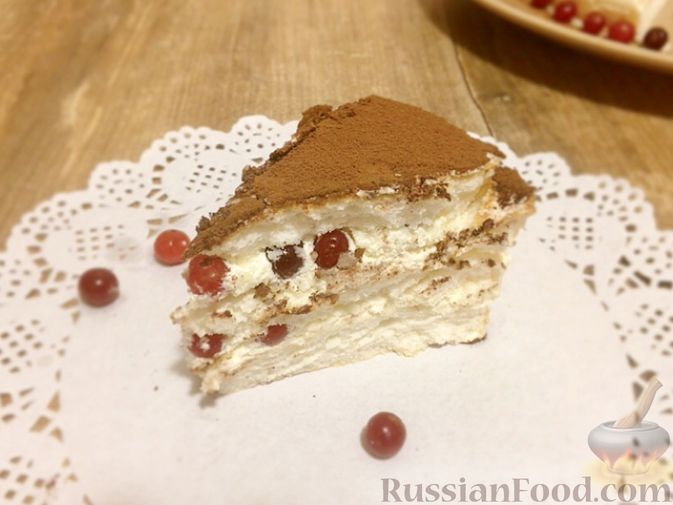 Фото приготовления рецепта: Торт из ангельского бисквита, со взбитыми сливками и ягодами - шаг №17