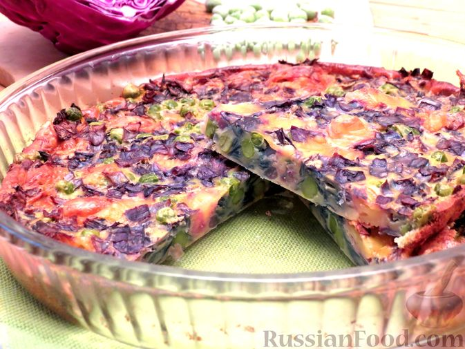 Фото к рецепту: Запеканка из краснокочанной капусты с зелёным горошком и сыром