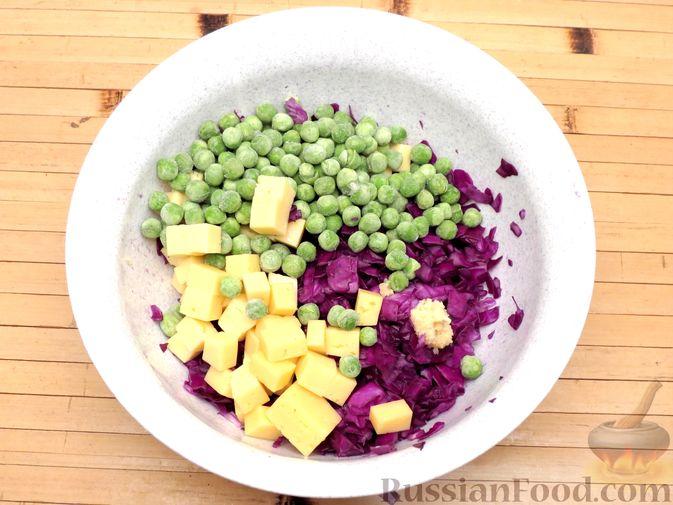 Фото приготовления рецепта: Запеканка из краснокочанной капусты с зелёным горошком и сыром - шаг №5