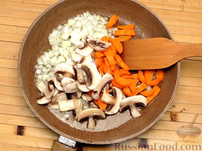 Фото приготовления рецепта: Булгур с индейкой, овощами и грибами - шаг №4