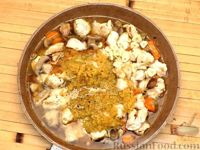 Фото приготовления рецепта: Булгур с индейкой, овощами и грибами - шаг №7