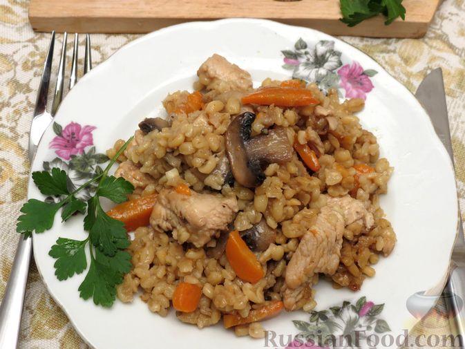 Фото приготовления рецепта: Булгур с индейкой, овощами и грибами - шаг №9