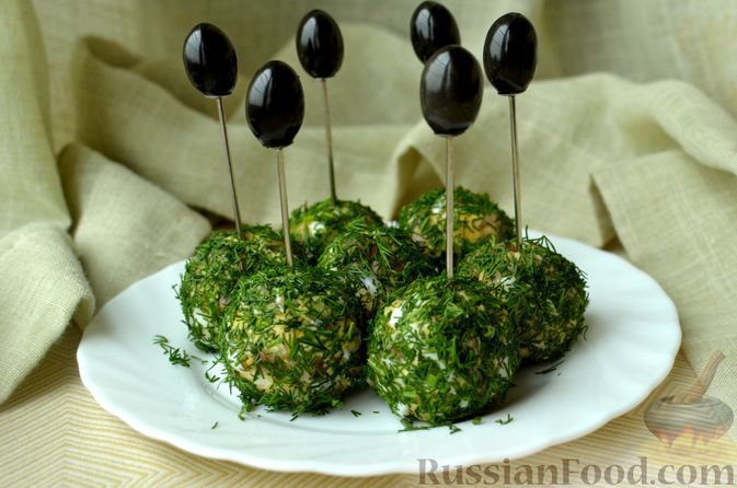 Фото к рецепту: Закусочные шарики с сельдью, картофелем, плавленым сыром и яйцами