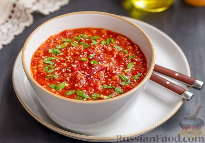 Фото к рецепту: Томатный суп с яичницей-болтуньей, имбирём и острым перцем