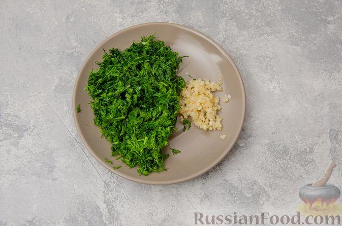Фото приготовления рецепта: Слоёные рулетики-улитки с творогом, укропом и чесноком - шаг №2