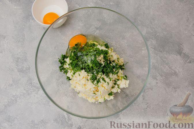 Фото приготовления рецепта: Слоёные рулетики-улитки с творогом, укропом и чесноком - шаг №3