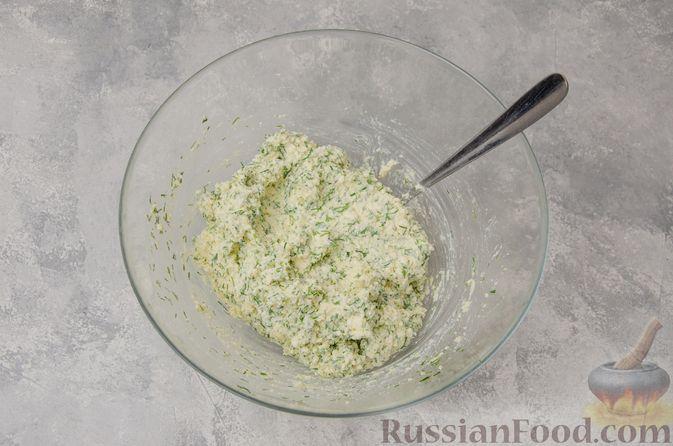 Фото приготовления рецепта: Слоёные рулетики-улитки с творогом, укропом и чесноком - шаг №4