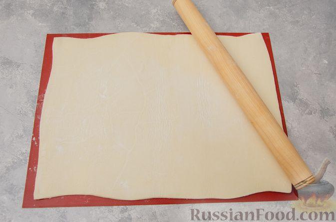Фото приготовления рецепта: Слоёные рулетики-улитки с творогом, укропом и чесноком - шаг №5