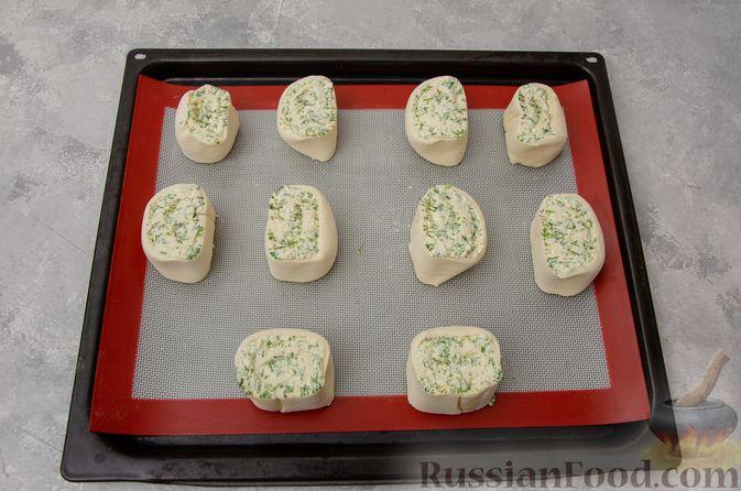 Фото приготовления рецепта: Слоёные рулетики-улитки с творогом, укропом и чесноком - шаг №8