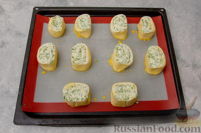 Фото приготовления рецепта: Слоёные рулетики-улитки с творогом, укропом и чесноком - шаг №9
