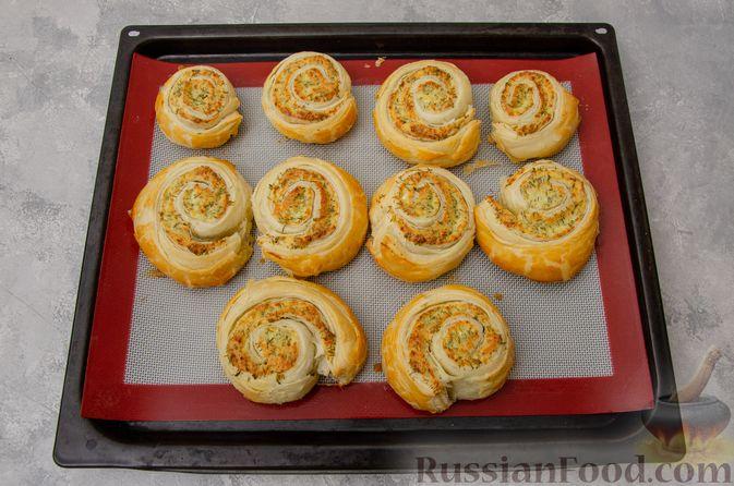 Фото приготовления рецепта: Слоёные рулетики-улитки с творогом, укропом и чесноком - шаг №10