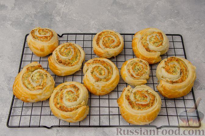 Фото приготовления рецепта: Слоёные рулетики-улитки с творогом, укропом и чесноком - шаг №11