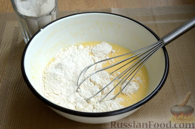 Фото приготовления рецепта: Кексы на кефире и сгущённом молоке - шаг №4