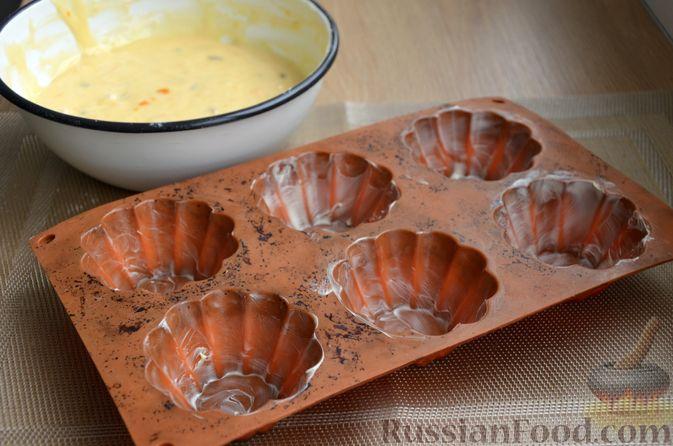 Фото приготовления рецепта: Кексы на кефире и сгущённом молоке - шаг №7