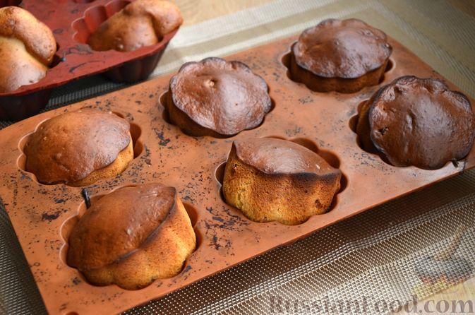 Фото приготовления рецепта: Кексы на кефире и сгущённом молоке - шаг №9