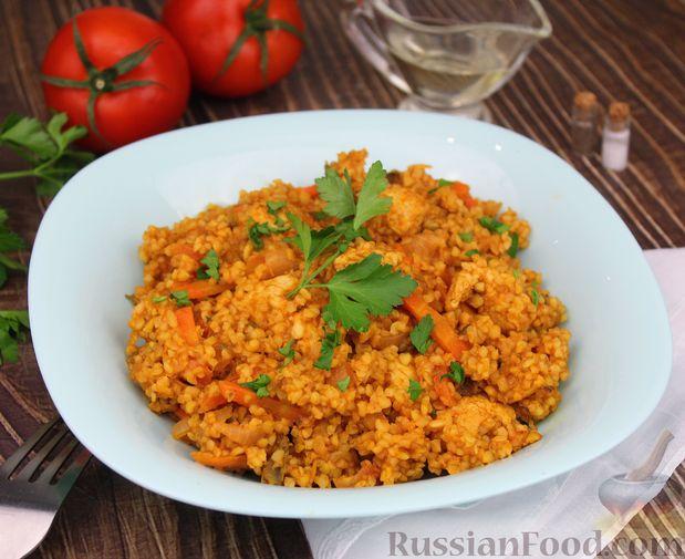 Фото к рецепту: Булгур с курицей, овощами и томатной пастой
