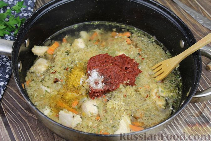 Фото приготовления рецепта: Булгур с курицей, овощами и томатной пастой - шаг №5