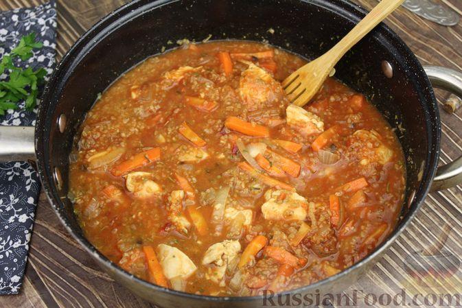 Фото приготовления рецепта: Булгур с курицей, овощами и томатной пастой - шаг №6