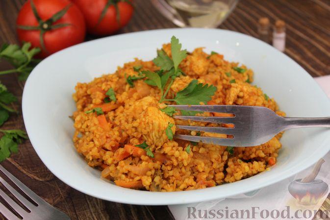 Фото приготовления рецепта: Булгур с курицей, овощами и томатной пастой - шаг №9