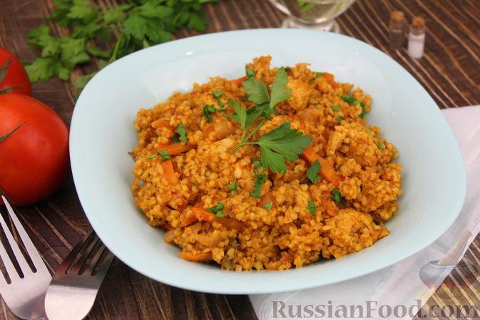 Фото приготовления рецепта: Булгур с курицей, овощами и томатной пастой - шаг №10