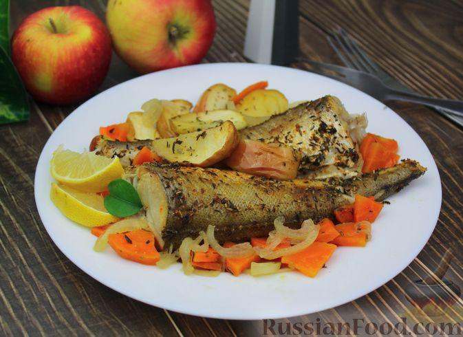 Фото к рецепту: Рыба, запечённая с морковью и яблоками