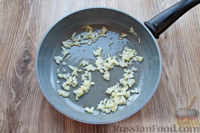Фото приготовления рецепта: Рыбный суп с консервированными томатами - шаг №2