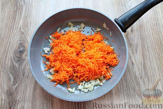 Фото приготовления рецепта: Рыбный суп с консервированными томатами - шаг №3